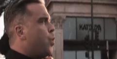 Robbie fluit (still uit video)