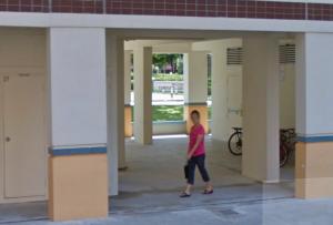 Block 856B, Tampines Street 82. De vrouw op de foto heeft voor zover bekend niets met de moord te maken. (Foto: Google Maps)