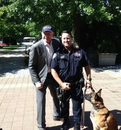 Vlnr: Boris, NYPD-officer, Duitse herdershond (foto: @TheBorisBecker)