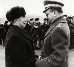 Dode van de week Wojciech Jaruzelski (rechts) wordt in 1982 in Moskou ontvangen door Sovjetleider Leonid Brezjnev