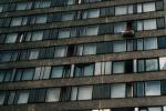 Een Wit-Russische voetbalfan hangt de vlag uit