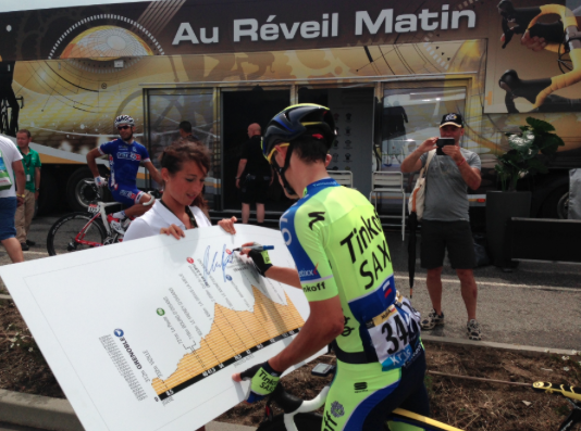 Startnummer 34 zet zijn handtekening onder de door hem gewonnen etappe