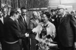 De Dode van de Week, Jeen van den Berg, schudt de hand van koningin Juliana, bij de opening van de tentoonstelling Frisiana in Leeuwarden (Foto: Nationaal Archief / Harry Pot)