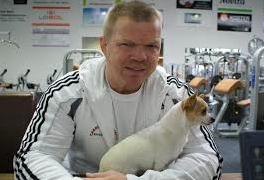 Hans Nijman met hondje (Foto: fightclub.be)
