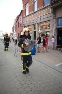 Brandweerman op zoek naar water