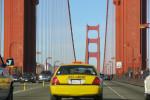 Gele taxi op de Golde Gate-brug in San Francisco