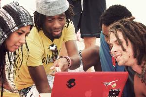 Hippe jongeren bekijken een laptop (Foto: Karina Yeznaian)